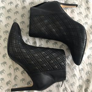 QUILTED BLACK BANANA REPUBLIC HEELED ANKLE BOOTS